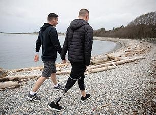 Vrolijk paar wandelen op het strand