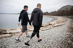 Pareja gay caminando en la playa