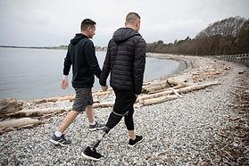 Homoseksuelle par går på stranden