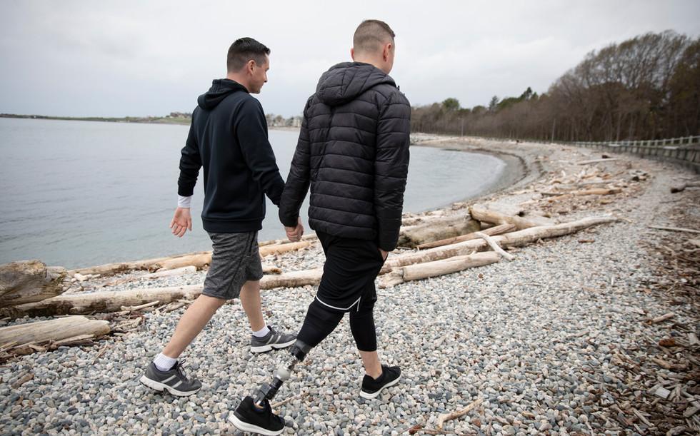 ゲイカップルはビーチを歩いている