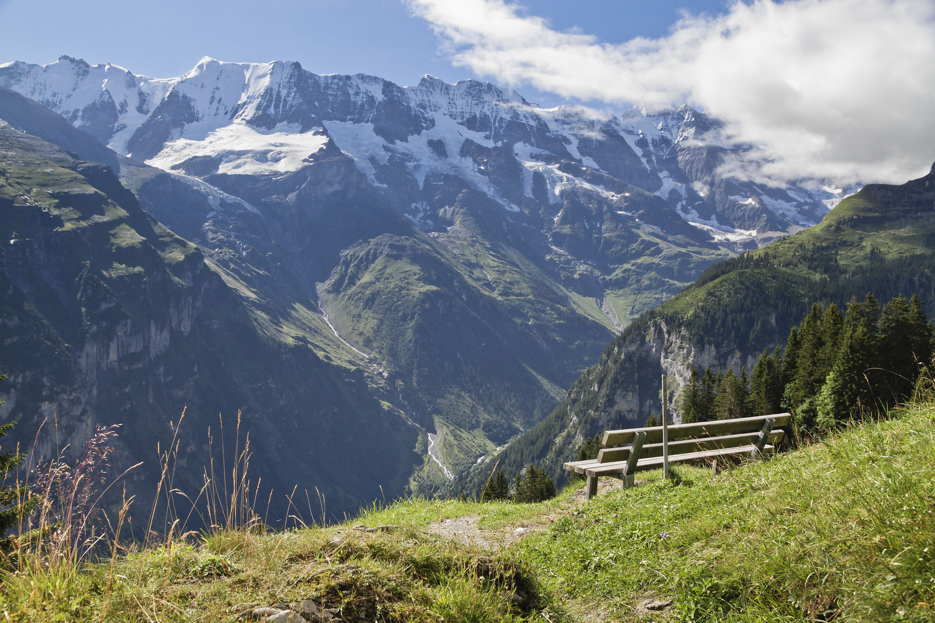 Resting_point_with_view_to_Bernese_Alps_at_Mürren,_Bern,_Switzerland,_2012_August