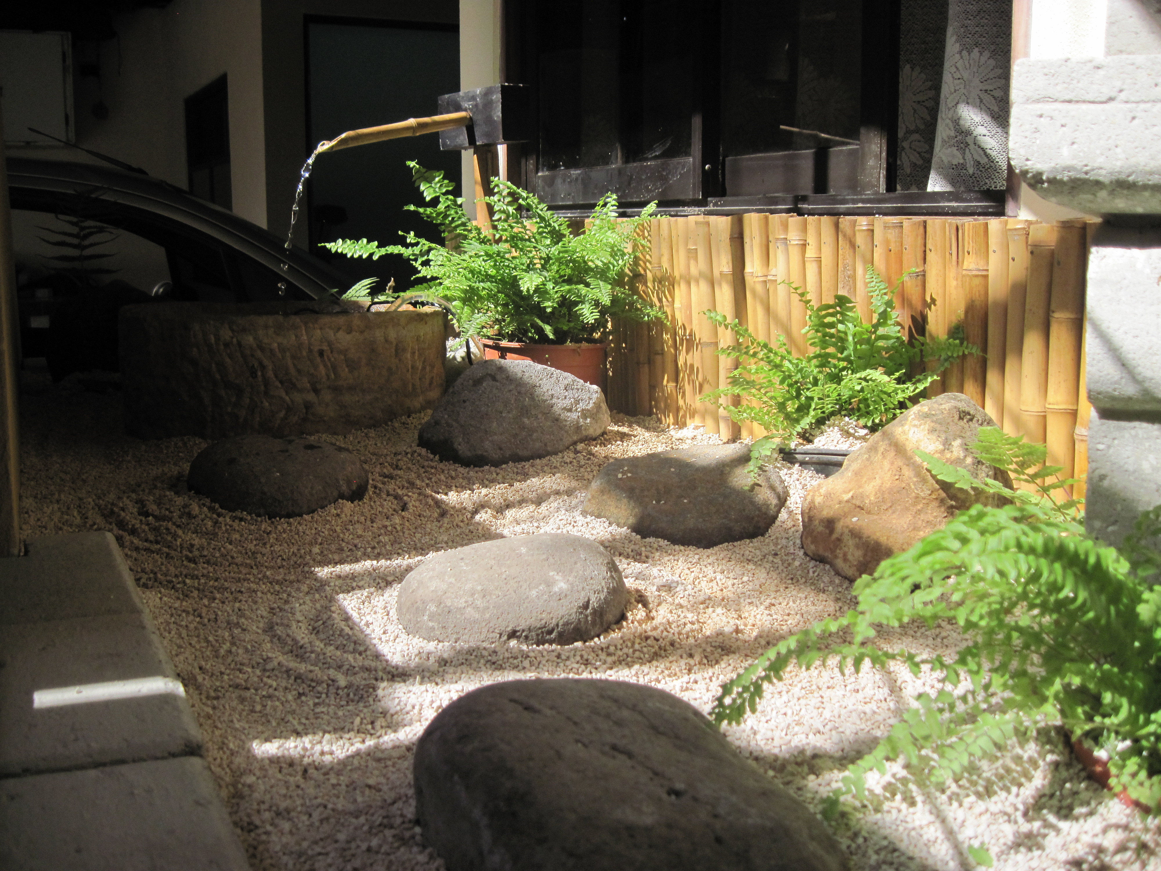 proyecto aream incuye fuente de agua y linterna de piedra