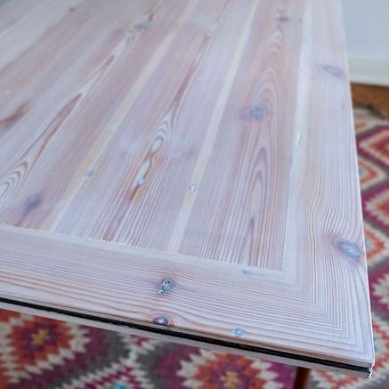 Eleganter und weißer Massivholztisch aus Altholz