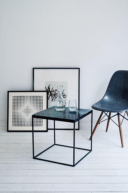 Möbelgeschäft mit Designer Beistelltischen aus Marmor, Beton und Holz