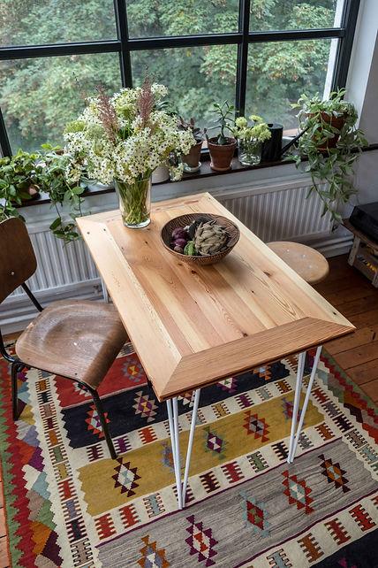Filigraner und eleganter Massivholztisch aus Altholz