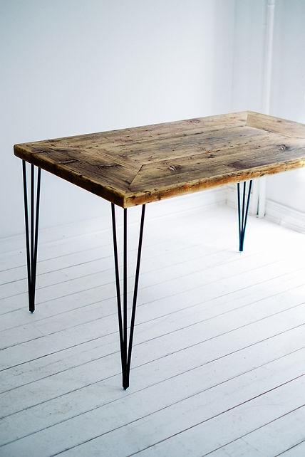 Filigraner Massivholztisch aus Altholz aus Gerüstbohlen