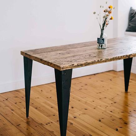 Filigraner und eleganter Esstisch aus Altholz aus Gerüstbohlen