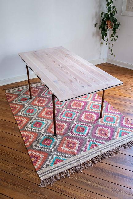 Filigraner und weißer Massivholztisch aus Altholz