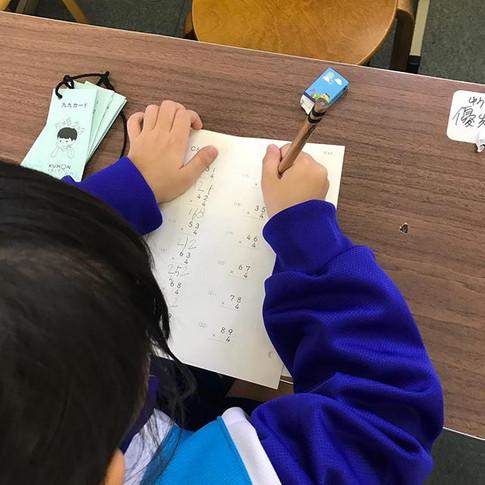 今日は遠足でとっても楽しかったと教えてくれた小学1年生。掛け算の筆算のコツを2回