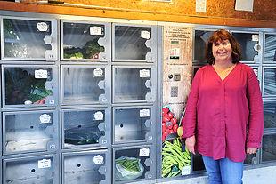 Mireille ROBERT à Montolieu devant le casier de légumes bio