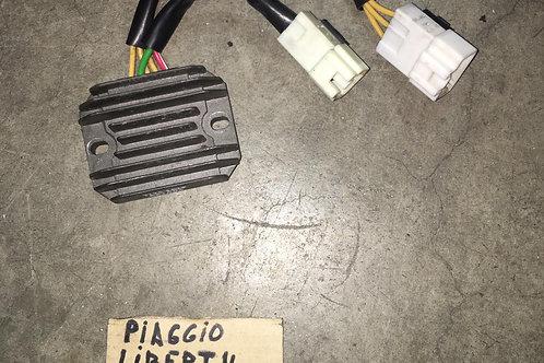 REGOLATORE DI TENSIONE USATO PIAGGIO LIBERTY 125 150 07>