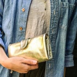 柔らかなシルキータッチの長財布。カラーはゴールドとガンメタ(シルバー)の2色。_ふっくらと丸みのある袋縫いで容量もあり、優しく手に馴染みます。__牛革製  15000円__#ikot