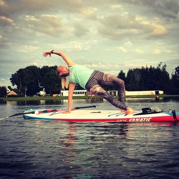 #supyoga #wildthing #yogapose #strikeapose #summer #evening #funonsup #funonthelake #funonthewater _floatingstudiobelgium _annerooms _hazewi