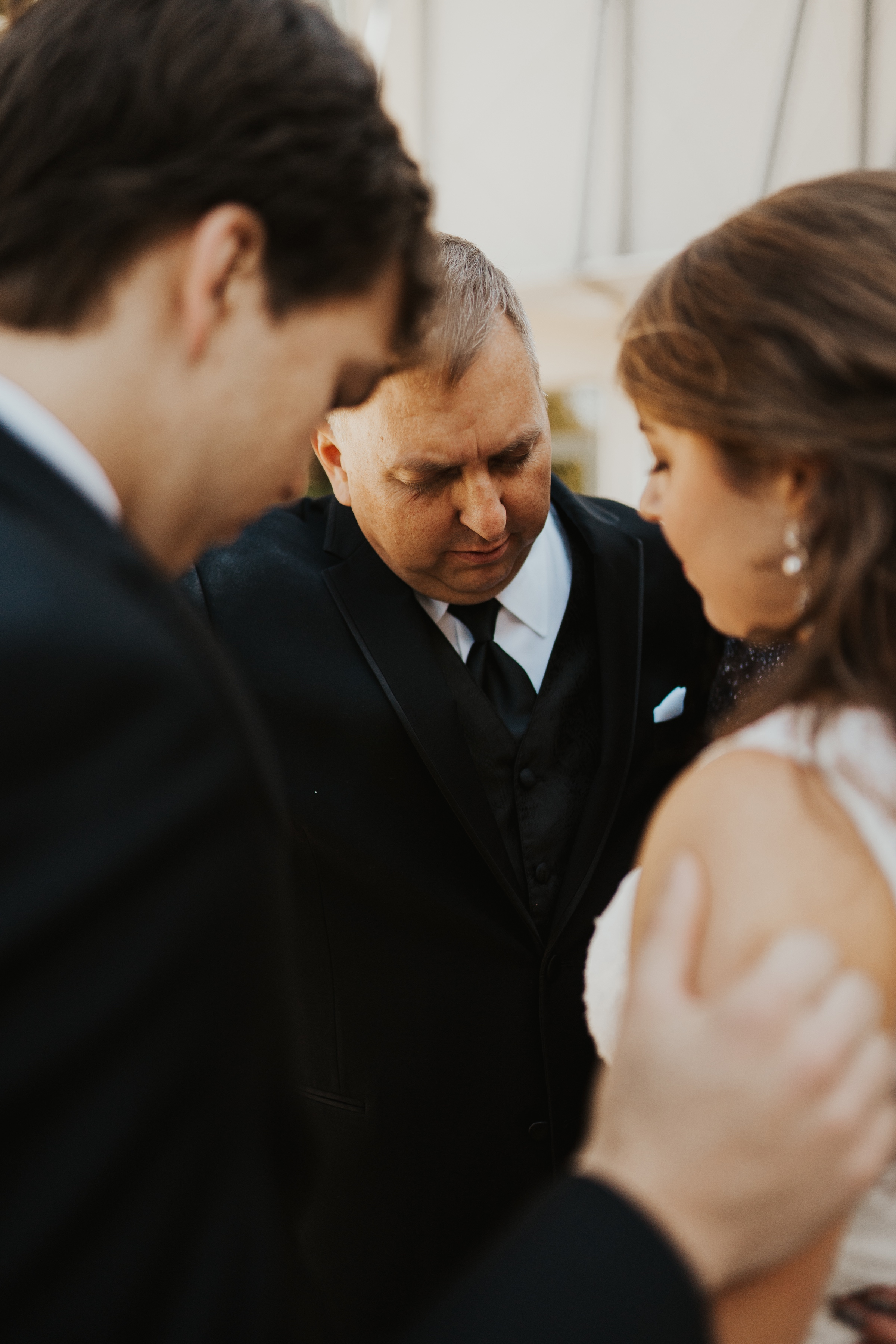 praying with dad before the wedding
