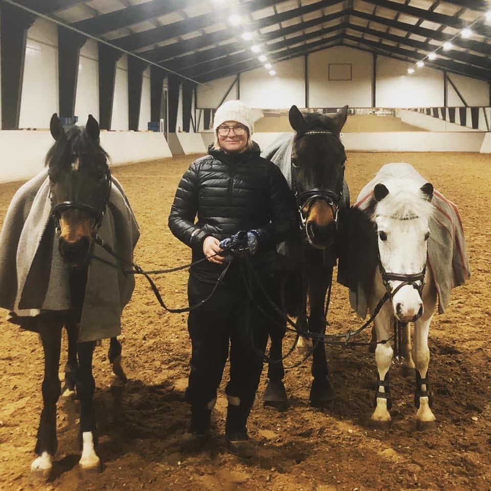 Kuvassa pararatsastajien joukkueenjohtaja Tanja Takkula yhdessä hevostensa kanssa (vas. Macig, Syppe ja Ruuti).