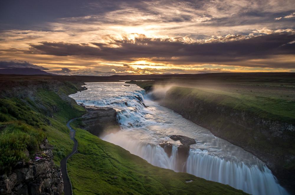 Sol escondiéndose detrás de la cascada Gullfoss, Islandia - Un viaje por Islandia: Lista de lugares imprescindibles