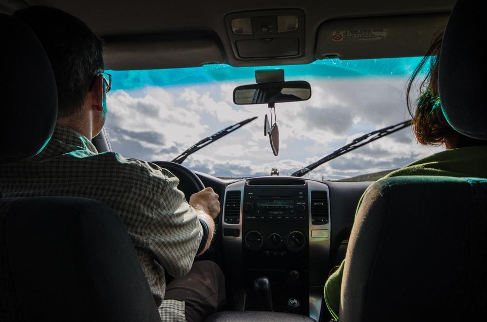 Pareja conduciendo un coche por una carretera F en Islandia