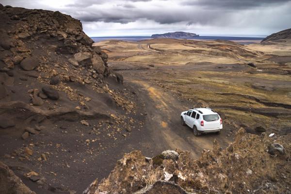vehículo 4x4 en carretera de grava - Se recomienda añadir seguro GP en Islandia