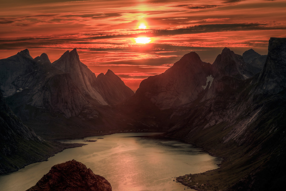 Midnight sun between mountains in Lofoten - Midnight sun in Norway