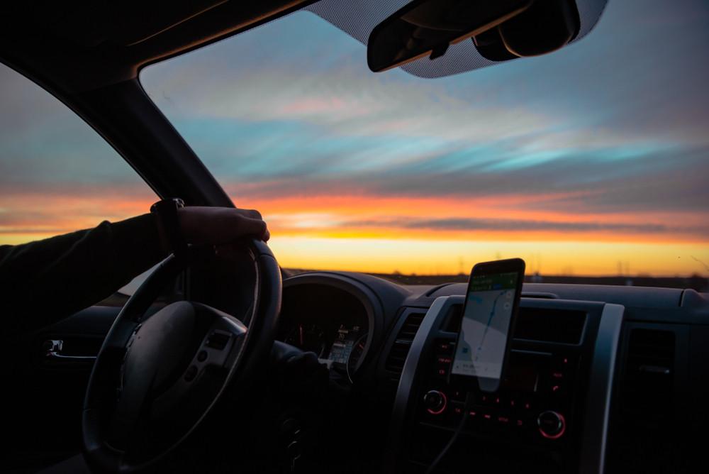 Perspectiva atardecer desde un coche - Consejos para conducir en Islandia