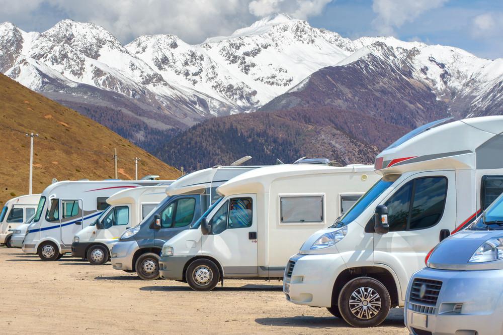 Campervans y Autocaravanas aparcadas a los pies de una montaña en Islandia