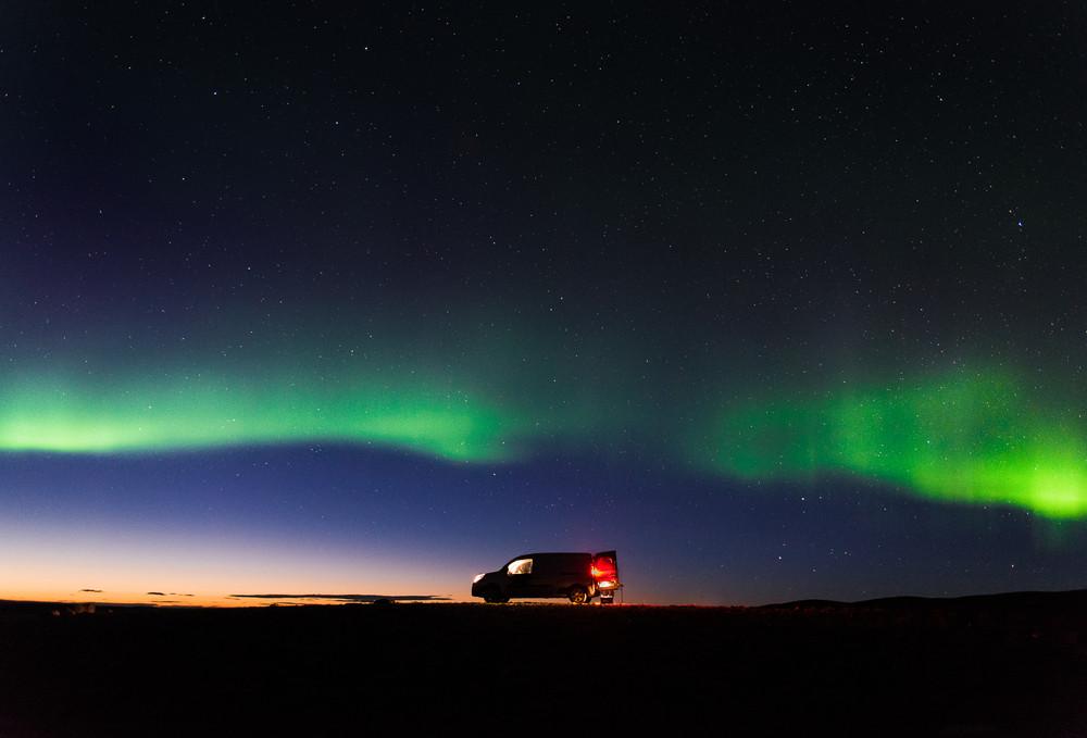 Aurora Boreal y una camper aparcada - Consejos para conducir en Islandia