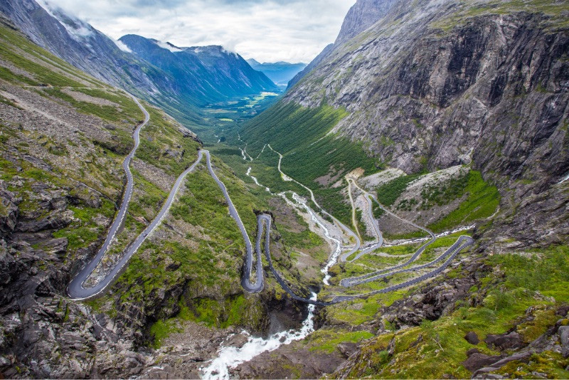 Curved mountain roads on which driving in Norway can be challenging