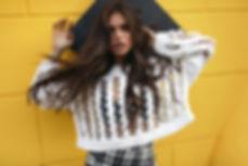 Фотография на млада жена с бяла блуза