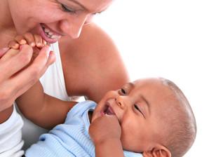 Criança que recebe carinho torna-se um adulto mais feliz