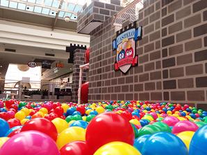 Que tal brincar com seus filhos em uma piscina de bolinhas gigante?