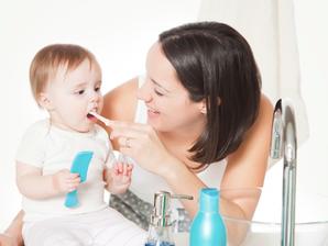 Especialista ensina a cuidar dos 'dentes' do bebê