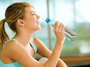 Beber água ao longo do dia é essencial para dormir bem