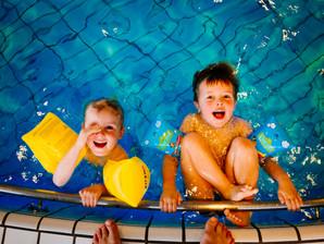 Ensinar as crianças a nadar desde pequenas evita acidentes
