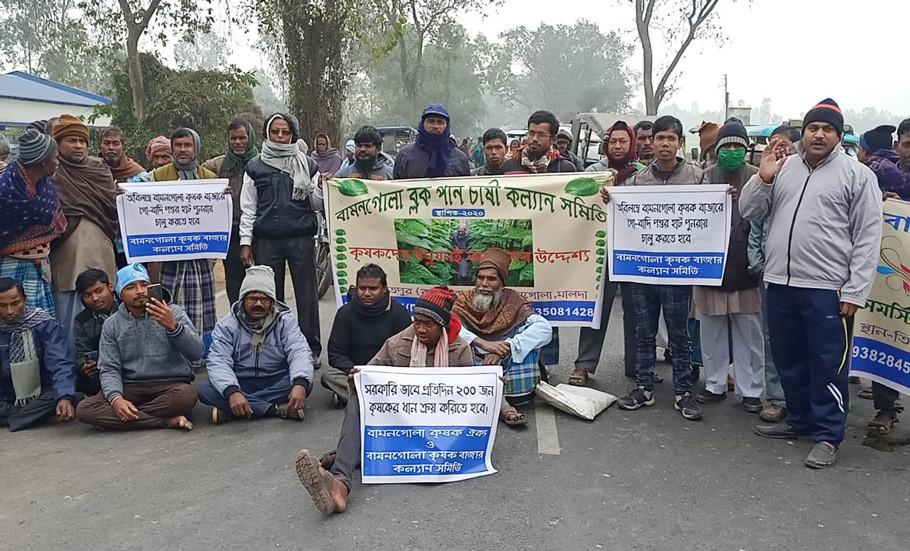 Pakuahat-Gazole Road blockade demanding a cattle market