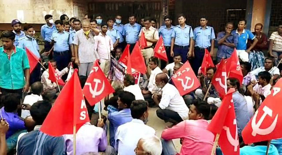 The CPIM leaders stage protest in Matiharpur Gram Panchayat