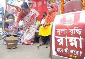 পেট্রোপণ্যের মূল্যবৃদ্ধির প্রতিবাদে কুশপুতুল দাহ, উনুনে রান্না