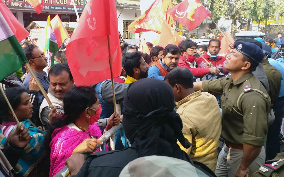 Scuffle between Police & Trade Union in English Bazar