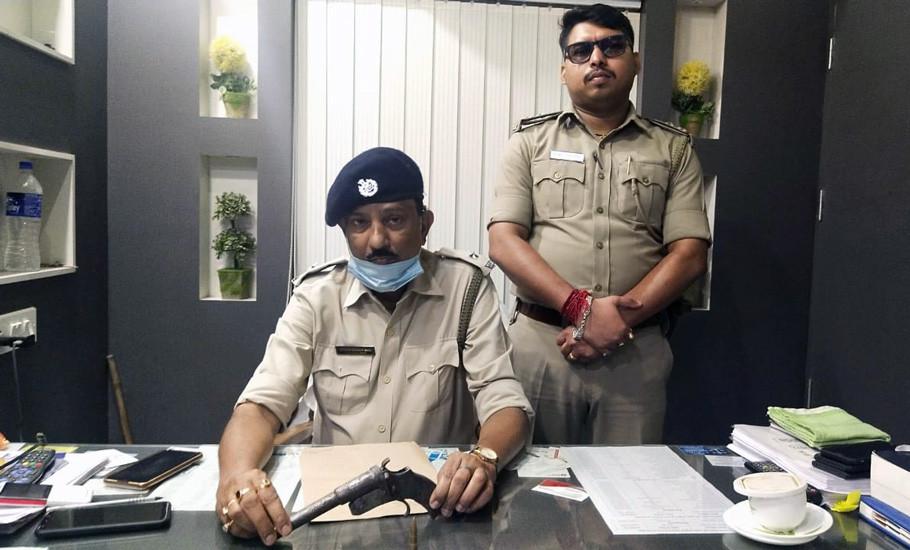 English-Bazar-police-arrested-man-with-pipegun