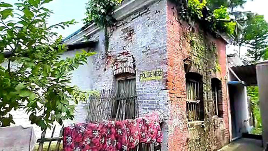 Old and dilapidated Harishchandrapur police accommodation