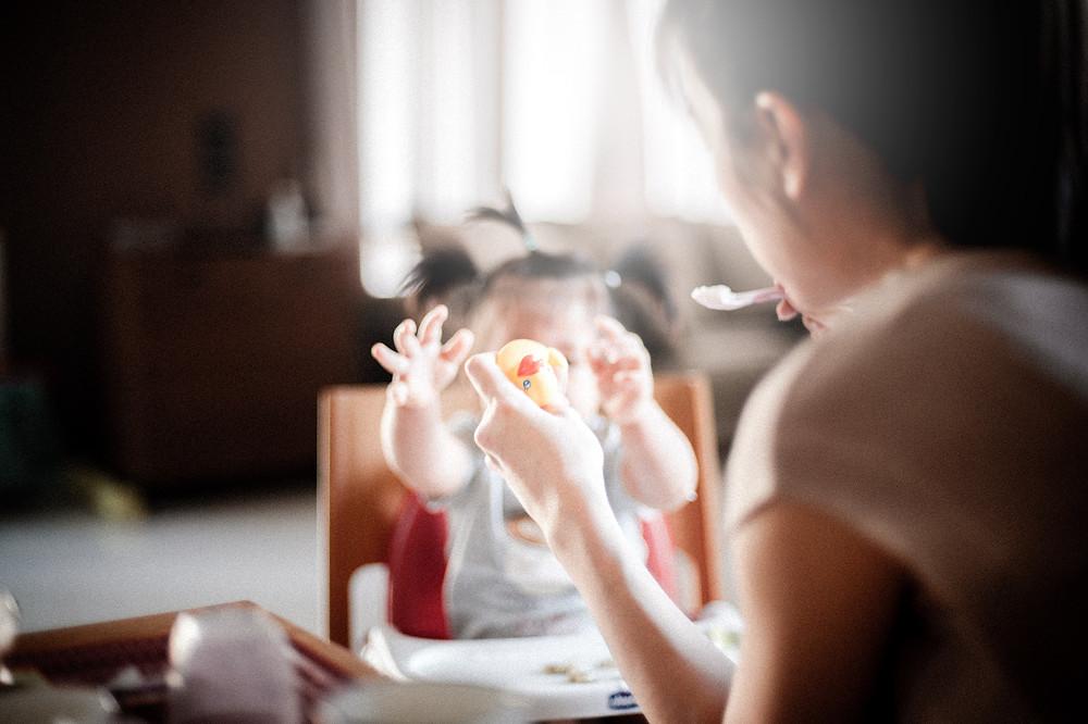 Apprendre à manger à notre bébé : les étapes et le matériel que nous utilisons