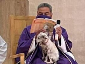 Padre recebe críticas após celebrar missa com sua cadelinha no colo