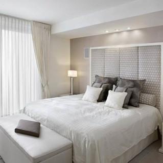 Ý tưởng thiết kế tuyệt vời cho phòng ngủ nhỏ kết hợp rèm cửa màu kem, be, nâu nhạt....