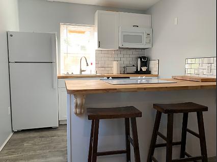 Kitchen w/bar stools