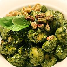 Gnocchi fatti in casa con pesto vegano di basilico, pistacchio, pinoli e noci