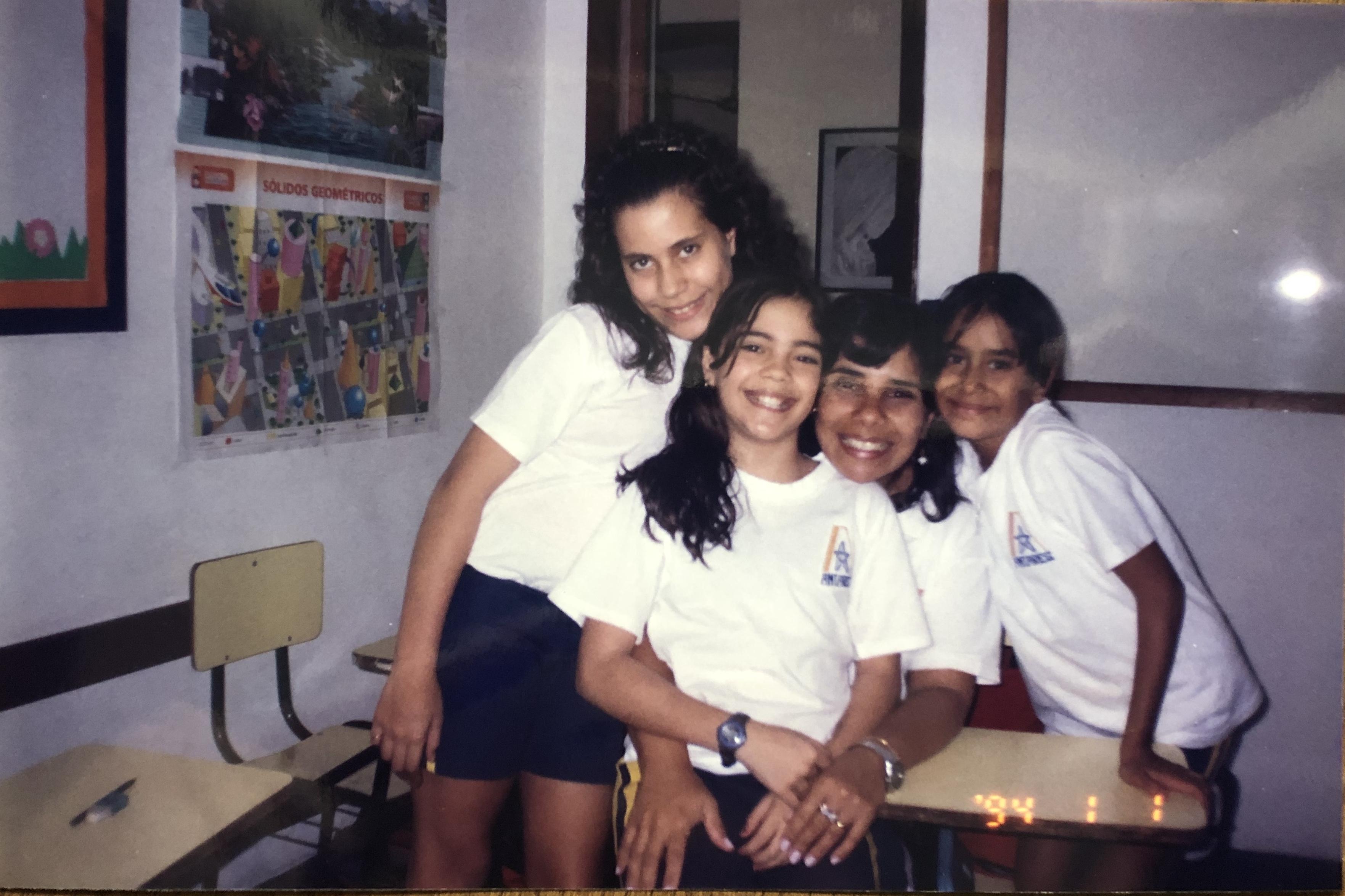 Com as amigas na escola