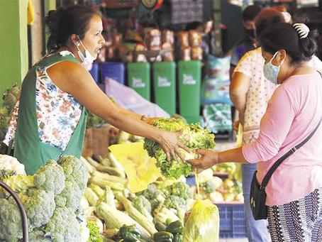 Sobreoferta y contrabando bajan los precios de papa, tomate, cebolla y carne de pollo