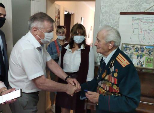 Солнечногорским ветеранам продолжают вручать мобильные телефоны с бесплатной связью