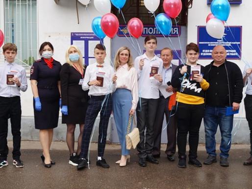 Полицейские вручили паспорта юным гражданам Солнечногорска
