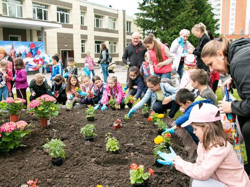 Более 90 растений высадили на «народной клумбе» в Брехово в честь Дня России