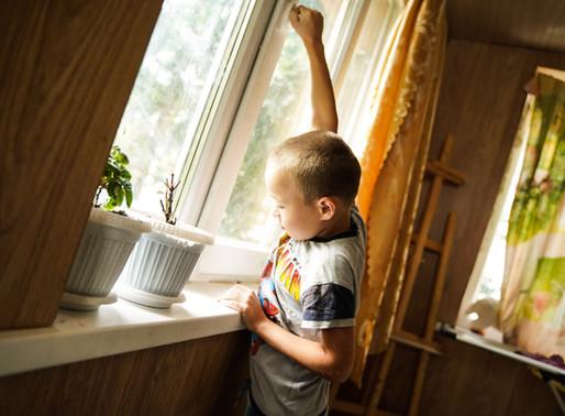 В Солнечногорске помогают устанавливать защитные устройства на окна